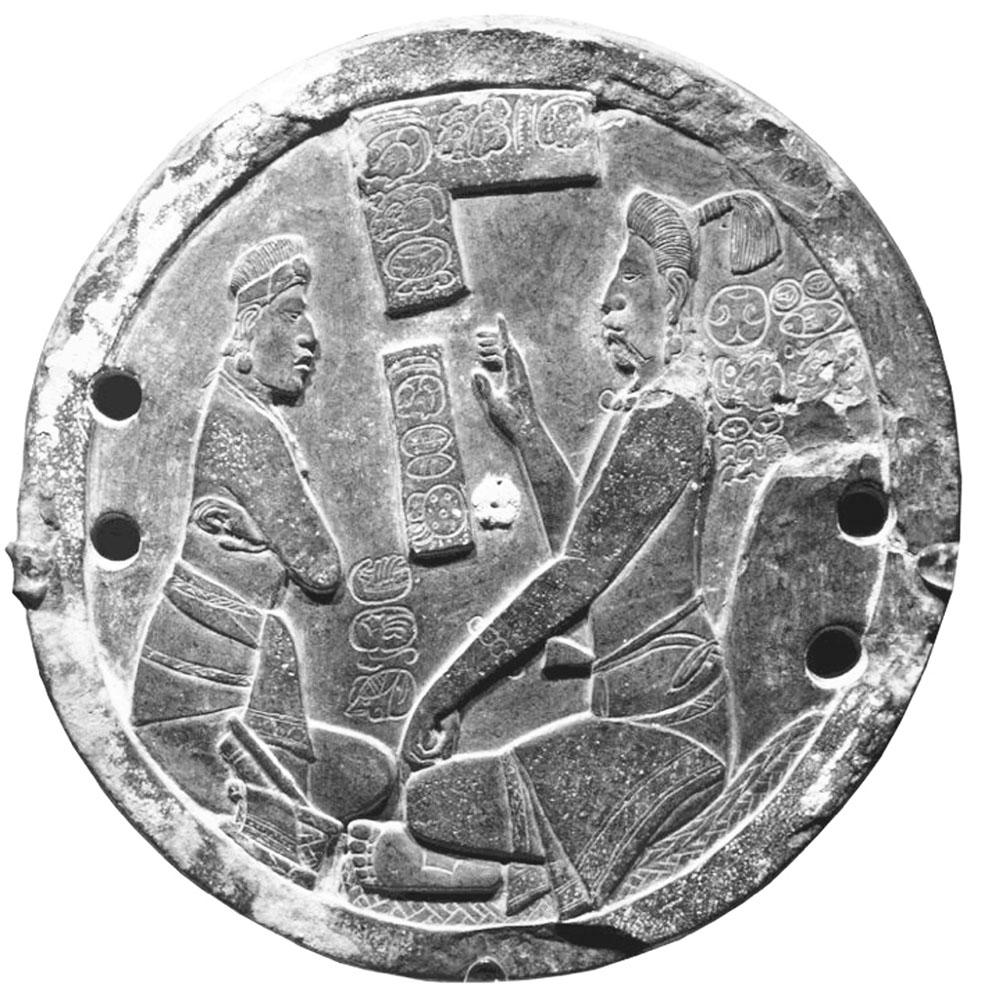 """Figura 6. Espejo de pirita proveniente de Xultún con la inscripción <strong>yo chi</strong>-<strong>ni AJAW</strong>, <em>yochin ajaw</em>,<em> </em>""""Señor del sumidero"""", en la parte inferior (Matteo y Krempel, 2011: 960)."""