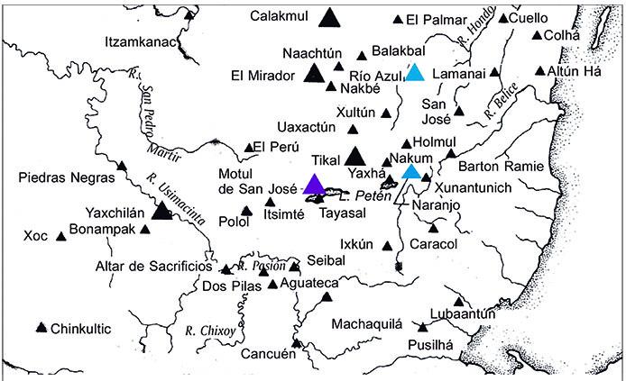 """Mapa 2. En color azul los sitios pertenecientes a la colectividad de <strong>5-</strong>[T544.501]<strong>-ni, </strong>""""5 Cuevas"""". En color morado el sitio asociado con el título contemporáneo <strong>4-</strong>[T544.501]<strong>-ni,</strong> """"4 Cuevas"""". Años 714 d.C.-790 d.C. Esquema elaborado por Alejandro Sheseña sobre un mapa tomado de Sharer, 2003: 37."""
