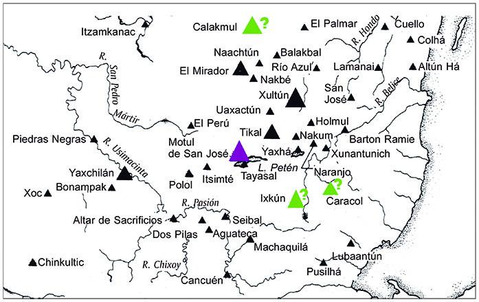 """Mapa 3. En color verde los sitios posiblemente relacionados con la colectividad de <strong>7-</strong>[T544.501]<strong>-ni</strong>, """"7 Cuevas"""". No aparece el sitio de Baax Tuun por desconocerse hasta la fecha su ubicación. En color morado el sitio asociado con el título contemporáneo de <strong>4-</strong>[T544.501]<strong>-ni,</strong> """"4 Cuevas"""". Años 772 d.C.-820 d.C. Aunque no se indica en el mapa, en estas mismas fechas en Copán se usa el título de <strong>8-</strong>[T544.501]<strong>-ni</strong>, """"8 Cuevas"""". Esquema elaborado por Alejandro Sheseña sobre un mapa tomado de Sharer, 2003: 37."""
